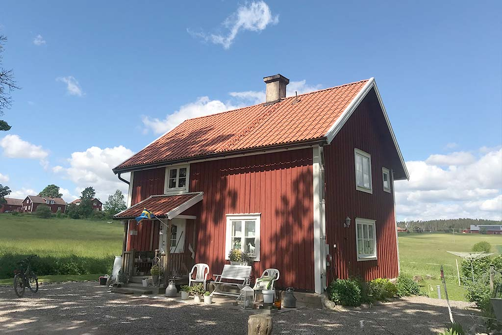 Bränneriet - 2 rum & kök. Huset är mycket gammalt och under 1800-talet tillverkades här brännvin. Åretruntuthyrning.