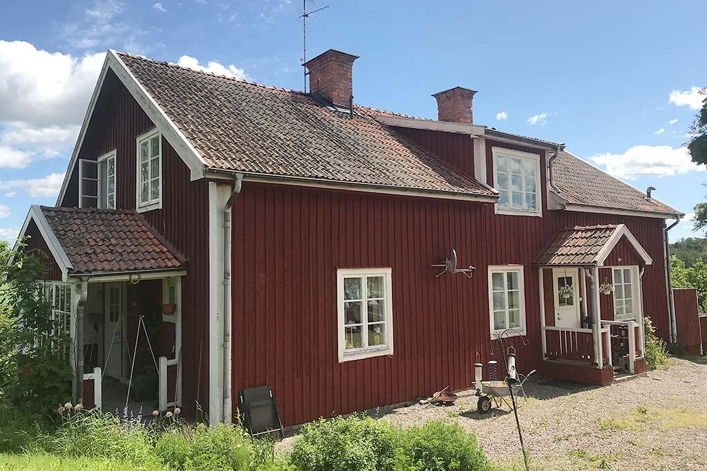 Annexet - Tvåfamiljshus. Övervåningen innehåller 3 rum och kök. Undervåningen 4 rum och kök. Åretruntuthyrning.