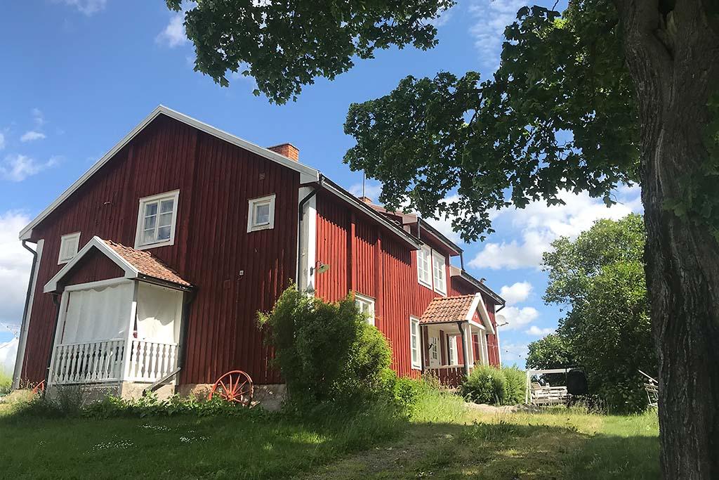 Rättarbostaden - Den är den ursprungliga huvudbyggnaden på Ånsta. 7 rum och kök. Delad i 2. Åretruntuthyrning.